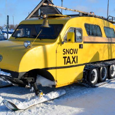 Bombardierin lumikiitäjä eli snow taxi Kemissä.
