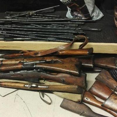 Vanhoja poliisille luovutettuja aseita.