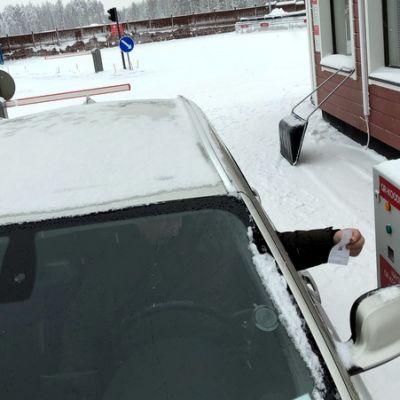 Autoilija ajamassa pois puntarilta jäteasemalla.