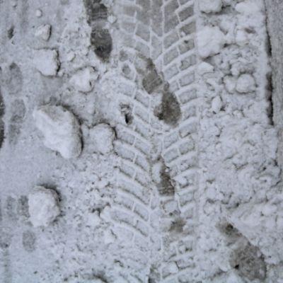 Jalanjälkiä lumessa.