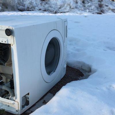 Myös korjauskelpoisia pesukoneita päätyy jätteeksi.