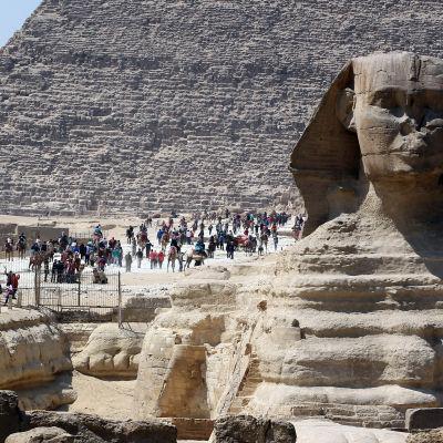 Turister besöker sevärdheterna i Giza den 20 mars 2015.