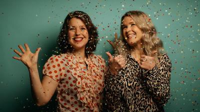 Eva Frantz och Hannah Norrena i konfettiregn.