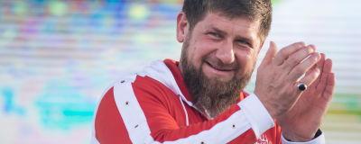 Ramzan Kadyrov klappar i händerna.