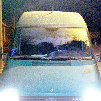 Auton etuikkuna jäässä.