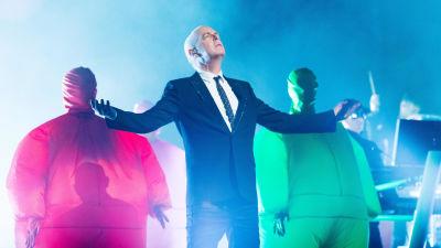 Neil Tennant lavalla Pet Shop Boysin Inner Sanctum -keikalla.