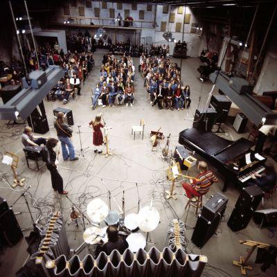 Liisankadun stereostudio oli entinen Suomen Filmiteollisuuden elokuvahalli. Yleisradion viimeisessä Popstudio-sarjan konsertissa toukokuussa 1977 esiintyi Mike Westhues Band, jossa soittivat Dave Lindholm vasemmalla, Mike Westhues, Tiitta Spout, Zape Lepp