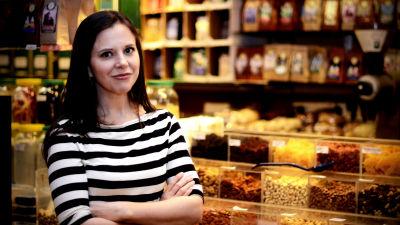 Karin Filén i svartvitrandig tröja.