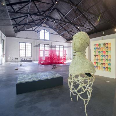 utställningshall med konstverk