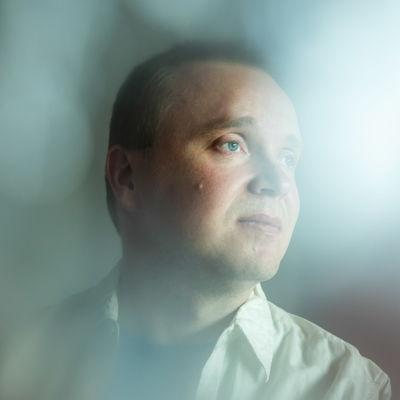 Porträtt av skådespelaren Petri Poikolainen.