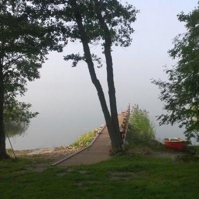 Mökkirannassa laituri ja vene