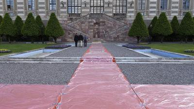 Röda mattan har rullats ut inför bröllopet mellan prins Carl Philip och Sofia Hellqvist