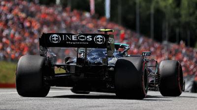 Valtteri Bottas kör på en formelbana.