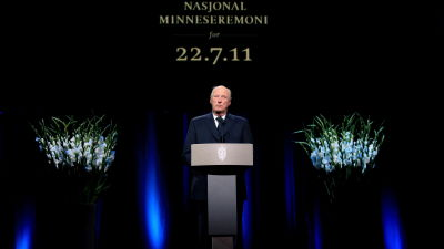 Kung Harald i talarstol vid nationell minnesceremoni i Oslo.