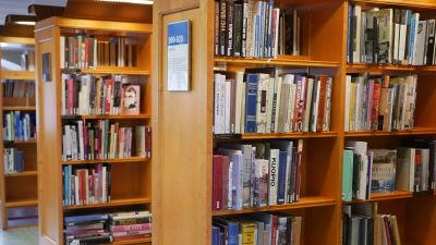 Bokhyllor vid Rikhardsgatans bibliotek.