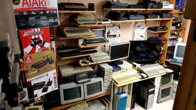 Marko Latvasen pelihuoneen hyllyillä laitetta monelta eri aikakaudelta. Myös Atarin koneita.