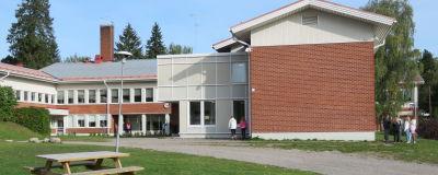 En skolbyggnad i rött tegel. Höjdens skola i Tenala. Tidig höst, september.