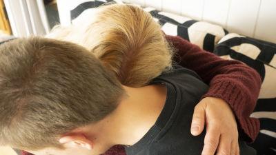 Äiti ja poika halaavat