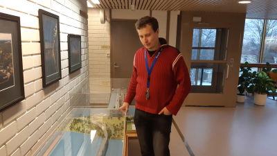 Kommundirektör Matias Hilden i Puumala fotograferad på kommunkansliet.
