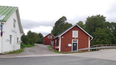 Laserhuset och röda bodar i Åliden i Ingå kyrkby.