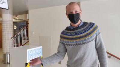 En man tar åt sig handdesinfektionsmedel