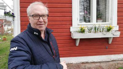 Akavas ordförande Sture Fjäder distansjobbar från sitt hus i hemstaden Hangö.