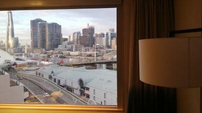 Ett fönster med utsikt över Sydney.
