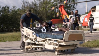 Jordskalvet i helgen samt den tropiska stormen Grace har krävt minst 2 200 dödsoffer.