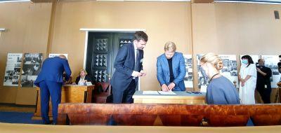 Den estniska parlamentarikern Jaanus Karilaid registrerar sig för att få sin valsedel i presidentvalet i Estland.