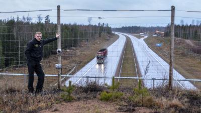 Thomas Vintervik vid en viltkamera på djurbron.