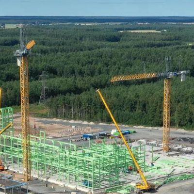 En stor byggplats omgiven av skog.