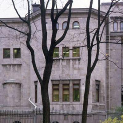kuvassa Kaivopuistossa oleva marmoripalatsi