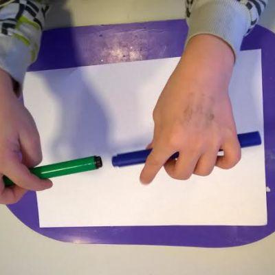 Lapsi piirtää päiväkodissa