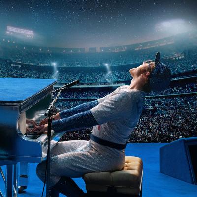 Elton John (Taron Egerton) spelar piano inför en stor publik.