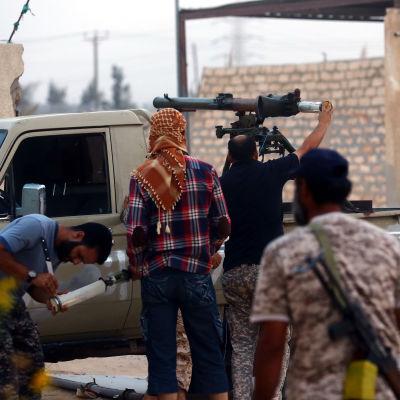 En grupp krigare laddar ett antipansarvapen under strider utanför Tripoli.