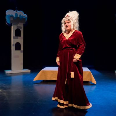 Skådespelare Hanna Grandell som den elaka drottningen.