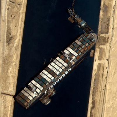 satellitfoto som visar Ever given fast i Suezkanalen.