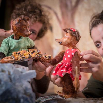 Scen ur barnpjäsen Bagare Birger får en vän.