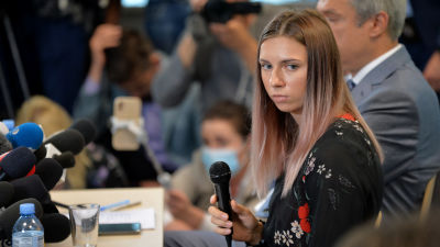 Kristina Tsimanovskaja under en presskonferens i Warszawa.