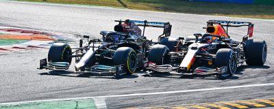 Hamilton och Verstappen kör sida vid sida.