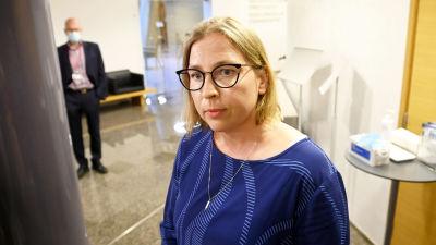 Tytti Yli-Viikari fotograferad något uppifrån. Hon tittar åt sidan och ser dyster ut.