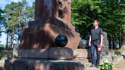 Historikern Martin Andersson vid Eugen Schaumans grav