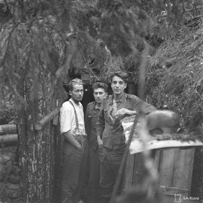 Etulinjan miehiä korsunsa ovella aselevon aamuna 4.9.1944