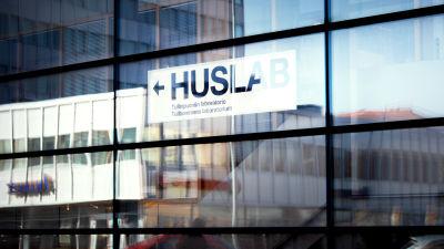 KÄYTTÖVAPAA KUVITUSKUVA Huslabin kyltti rakennuksen ikkunassa.