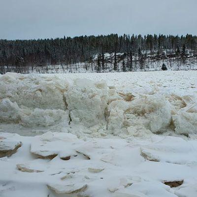 Kemijoen kasaantuneita jäitä Korvanranassa Rovaniemellä.