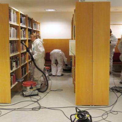 Kemin kaupunginkirjastossa siivotaan