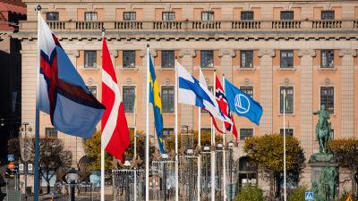 Nordens flaggor vid Riksdagshuset under sessionen i Stockholm.
