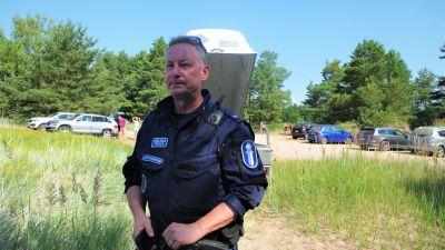 Polis på strand