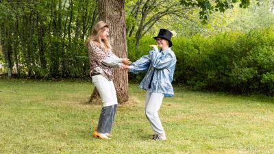 Två ungdomar som dansar med varandra.