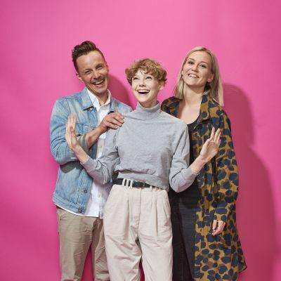 programledare Jontti, Tyra och Mästa ler in i kameran